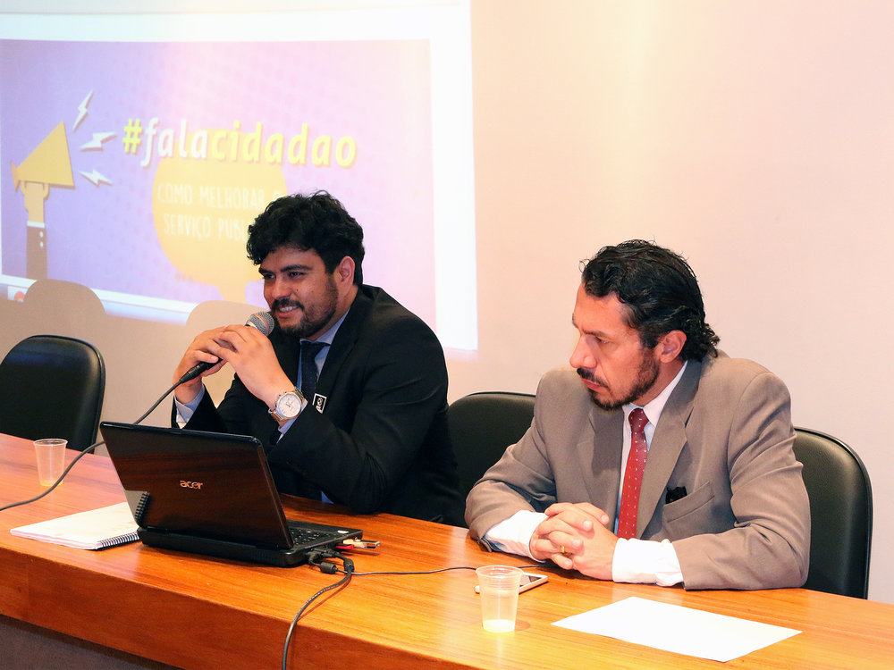 O EPPGG André Rafael, organizador do evento, ao lado do Diplomata Rômulo Neves. Foto: Filipe Calmon / ANESP