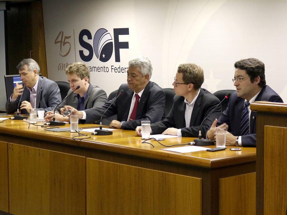 Presidente da ANESP, à direita, Alex Canuto compõe a mesa de abertura.