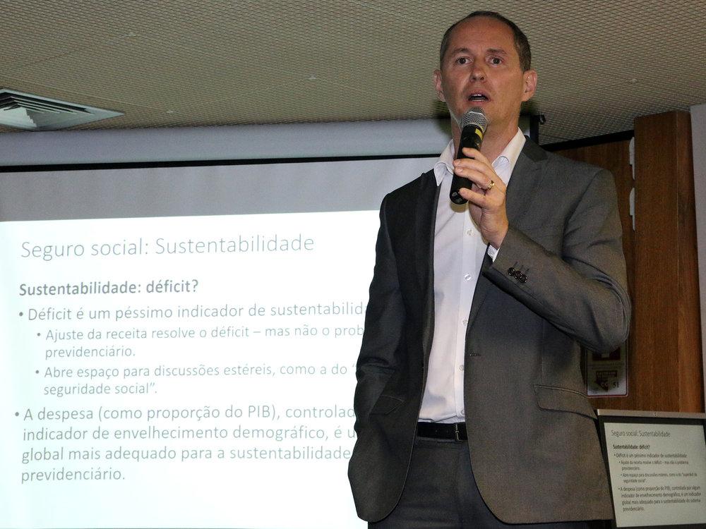 Com o tema Proposta de reforma da Previdência: necessidades e urgência, o EPPGG Luis Henrique foi o primeiro a palestrar.