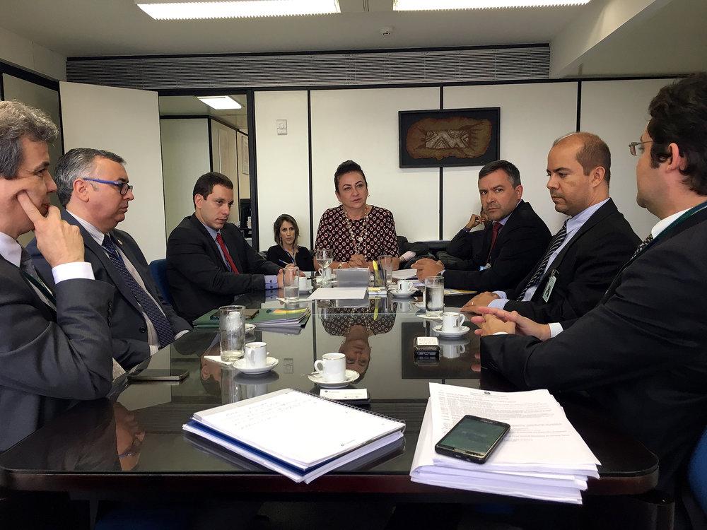 Presidente Alex Canuto dialoga com a Senadora Kátia Abreu. Foto: Filipe Calmon / ANESP