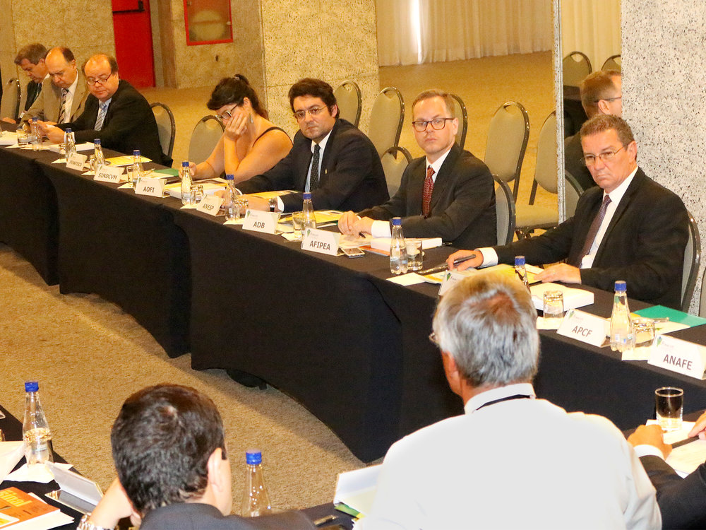 Presidente da ANESP, Alex Canuto, ao centro, de gravata cinza. Foto: Filipe Calmon / ANESP