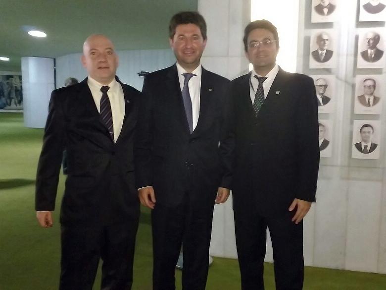 O deputado Jerônimo Goergen ladeado pelos representantes da ANESP. Foto: Arquivo pessoal