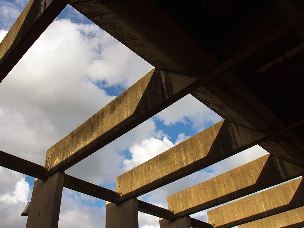 """Colunas do """"Minhocão"""" da UnB. Foto: Isa Lima"""