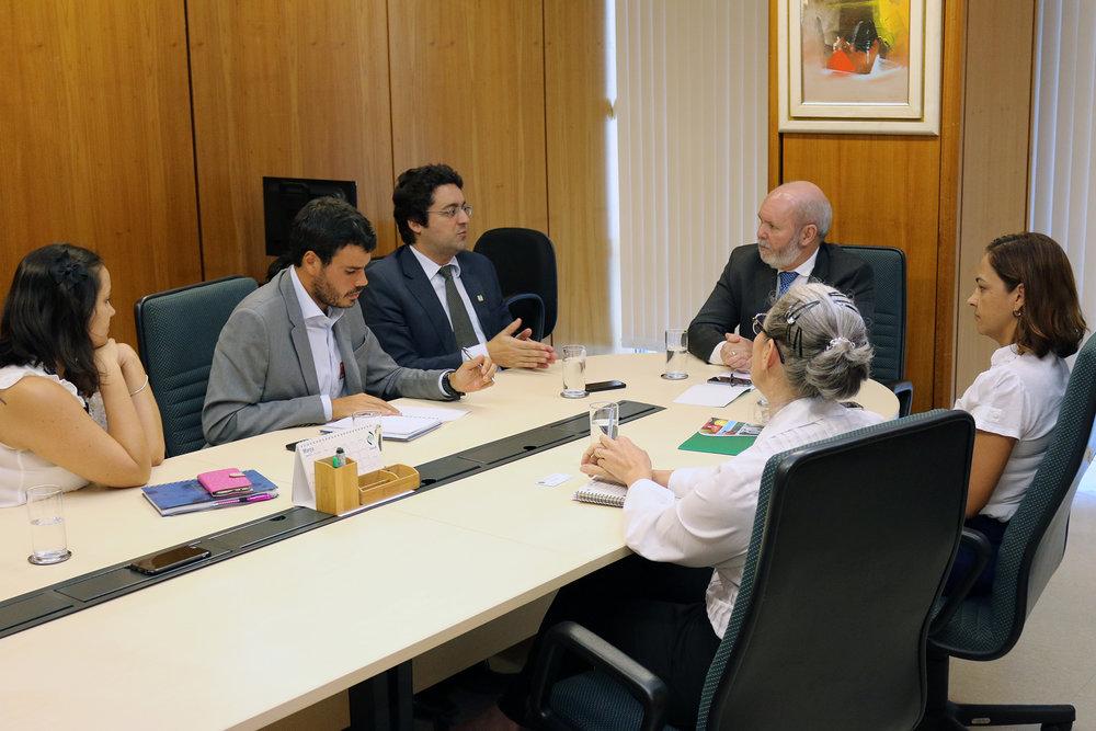 Klenize Fávero, Tiago Munk, Alex Canuto, Francisco de Assis,Edilene Soares e Laucir Gonçalves durante a reunião.