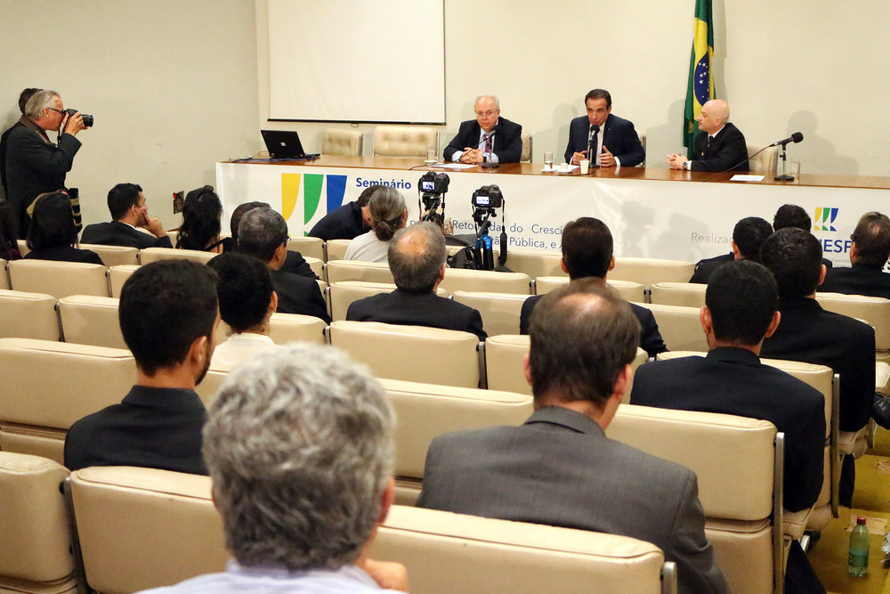 Presidente da ENAP, Francisco Gaetani; Deputado Hugo Leal; e Vinícius Barile, Diretor de Assuntos Parlamentares da ANESP
