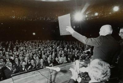 """Doutor Ulysses durante a promulgação da """"Constituição Cidadã"""", em 1988. Foto: José Cruz / Agência Brasil"""