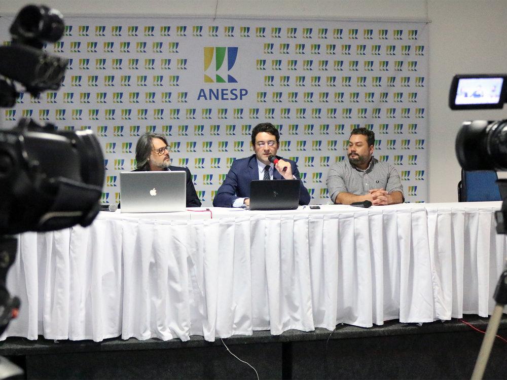 Geraldo Horta, Alex Canuto e Thalles Siqueira durante o debate.