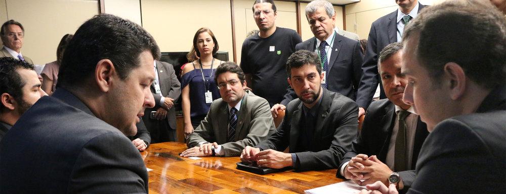 Deputado Betinho Gomes, à esquerda, Deputado Rodrigo Pacheco, à direita, e o Presidente da ANESP, Alex Canuto, ao centro. Foto: Filipe Calmon / ANESP