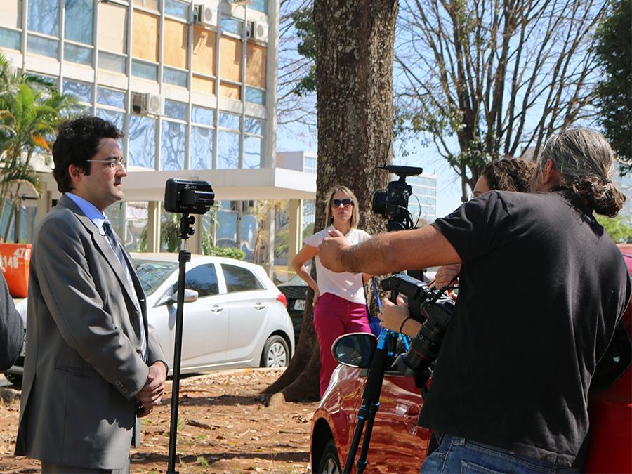 Presidente da ANESP, Alex Canuto, atende a jornalistas.