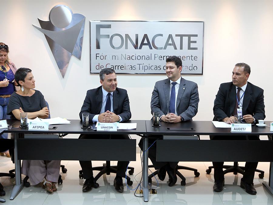 Deputado Betinho Gomes, ao centro de gravata azul, durante assembleia do Fonacate. Foto: Filipe Calmon / ANESP