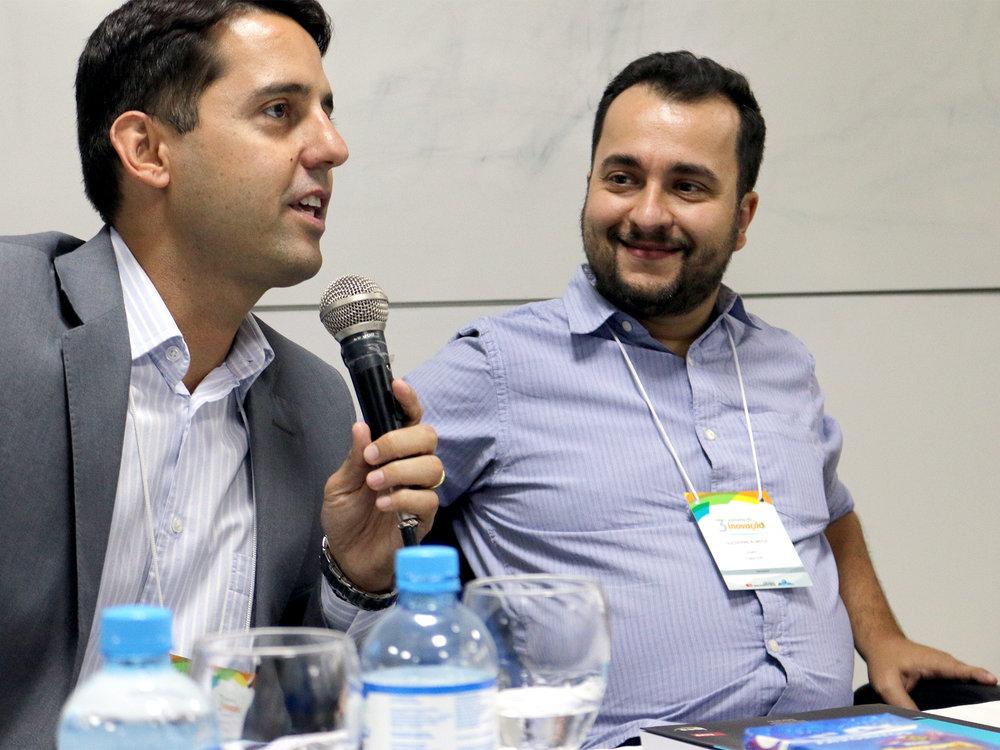 Pedro Cavalcante ao lado do Diretor de Inovação e Gestão do Conhecimento da Enap, o EPPGG Guilherme de Almeida. Foto: Filipe Calmon / ANESP