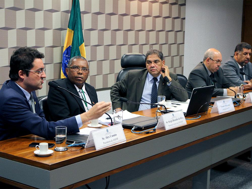 Presidente Alex Canuto fala em comissão presidida pelo Senador Hélio José, ao centro. Foto: Filipe Calmon / ANESP