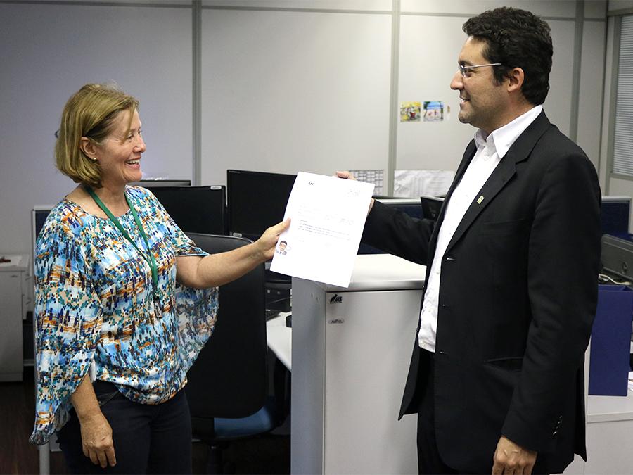 Jandira Rocha recebe a ficha preenchida pelo Presidente Alex Canuto. Fotos: Filipe Calmon / ANESP