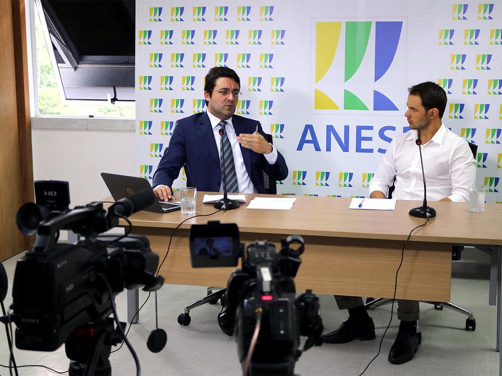Alex Canuto, Presidente da ANESP candidato à reeleição, e Paulo Brunet, Gerente Geral da ANESP e representante da Comissão Eleitoral, durante o debate. Foto: Filipe Calmon / ANESP