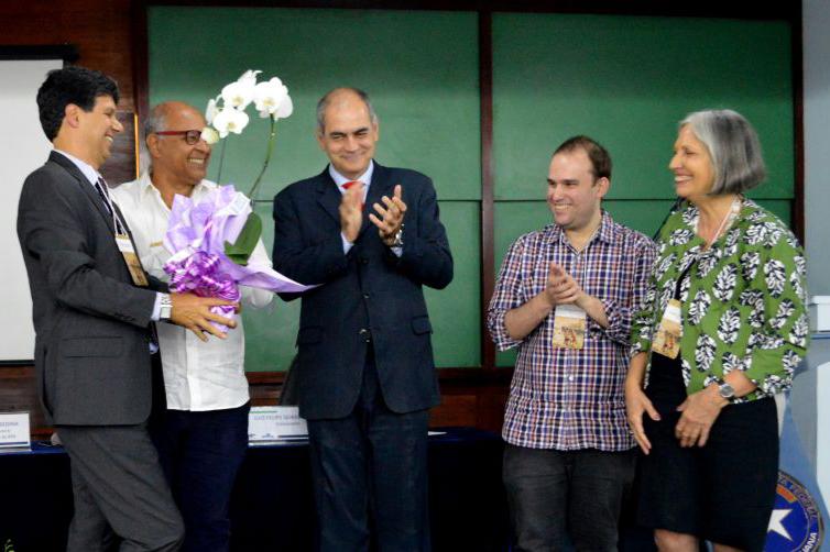 Autores do livro recebem homenagem no lançamento. Foto: RF07