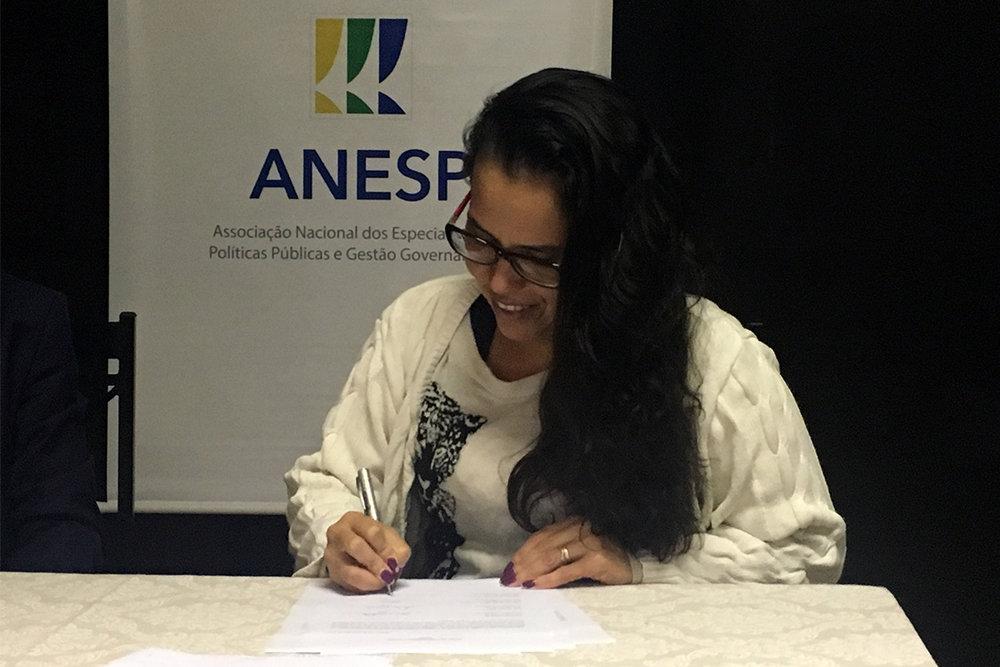 Regina Luna assina como Conselheira