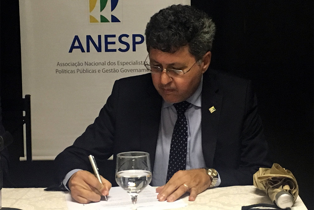 Alex Machado assina termo de posse como Conselheiro