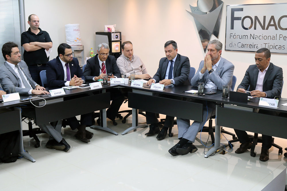 Presidente Alex Canuto, à esquerda, durante encontro com o Deputado Rogério Rosso, de terno claro à direita. Foto: Filipe Calmon / ANES