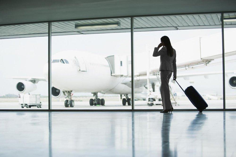 mulher avião internacional viagem negócios.jpg