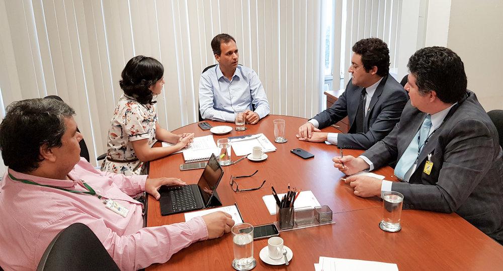 Ao centro, o Secretário de Gestão, Cristiano Heckert, com o Presidente e o Vice-Presidente da ANESP, Alex Canuto e Gustavo Camilo