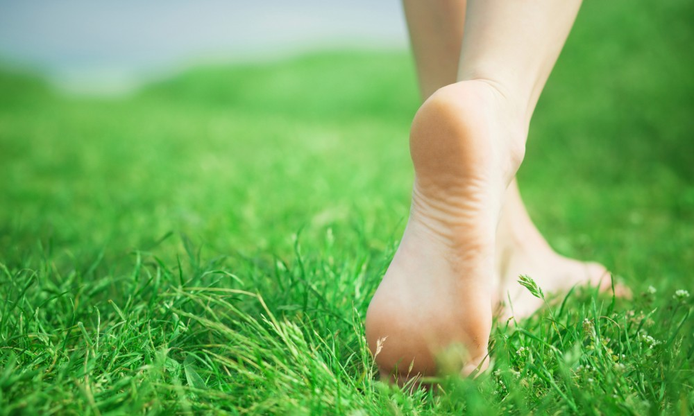 Photo credit:https://fablefeed.com/health/15-benefits-of-walking-barefoot/