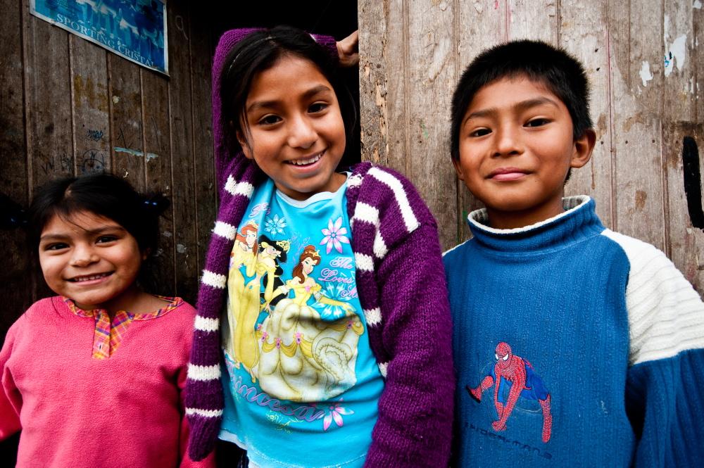 Un Techo para M� Pa�s es una instituci�n latinoamericana, liderada por j�venes voluntarios, que trabaja junto a las familias que se encuentran en situaci�n de extrema pobreza y que viven en asentamientos humanos. UTPMP est� presente en 18 pa�ses del continente: Argentina, Bolivia, Brasil, Colombia, Costa Rica, Chile, Ecuador, El Salvador, Guatemala, Hait�, M�xico, Paraguay, Per�, Nicaragua, Honduras, Panam�, Rep�blica Dominicana y Uruguay. La organizaci�n lleva construidas m�s de 65 mil viviendas de emergencia y logr� involucrar a distintos sectores de la sociedad, entre ellos a m�s de 200 mil j�venes voluntarios latinoamericanos. UTPMP comenz� en Per� en 2005 y desde entonces se han construido 3105 viviendas de emergencia en centros poblados de Pisco y Chincha tras el terremoto de agosto de 2007 y en asentamientos humanos de Lima y Callao. M�s de 9500 j�venes se han movilizado y est�n dispuestos a cambiar la realidad en la que viven miles de familias peruanas. Adem�s, UTPMP Per� trabaja permanentemente en 14 asentamientos llevando a cabo la segunda etapa, Habilitaci�n Social, desarrollando planes de Habilitaci�n Social.