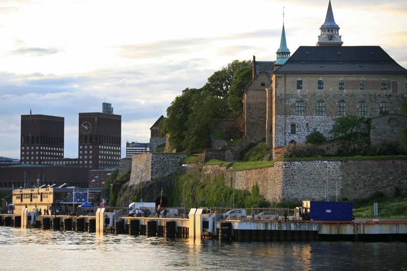Forteresse d'Akerhus et City hall vus du Fjord d'Oslo