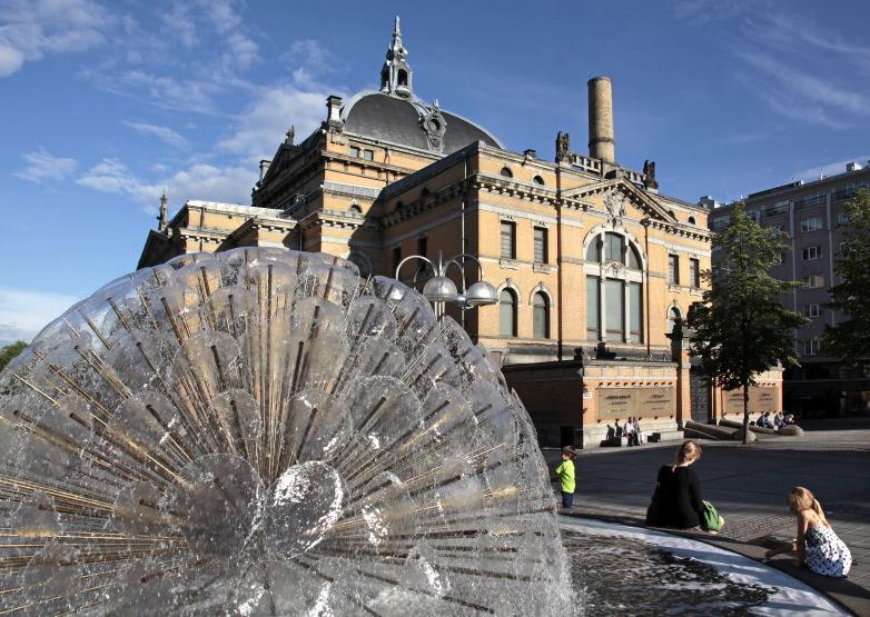 Fontaine à l'arrière du National Theatre
