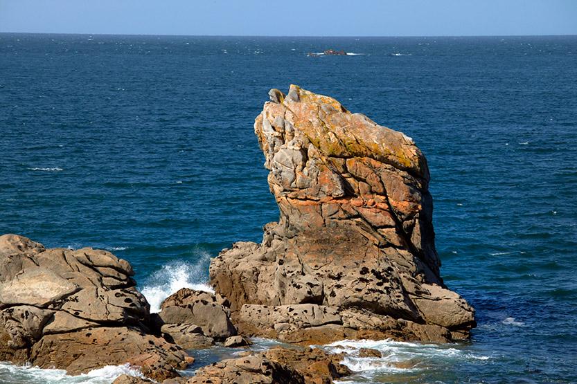 Sur la rive droite de l'Aber Wrac'h, les roches de Lilia © SD