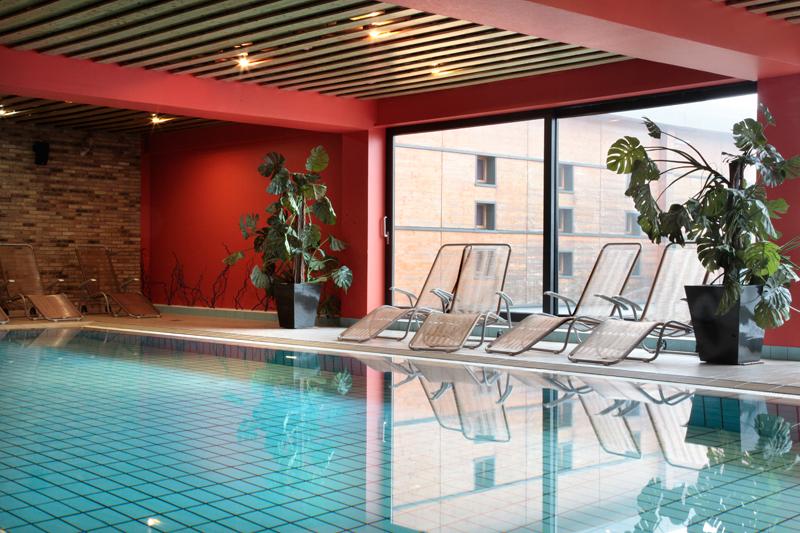 La grande piscine intérieure du Spa de la Clairière