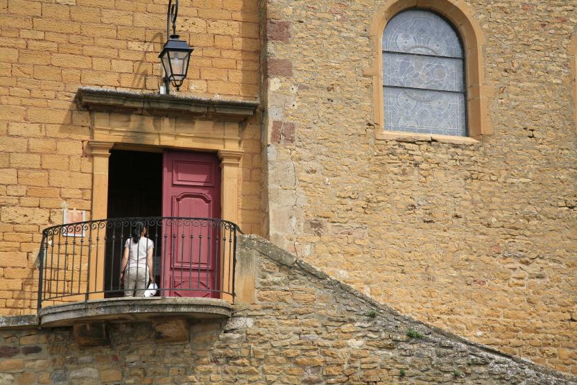 Entrée de l'église du village médiéval d'Oingt (Rhône)