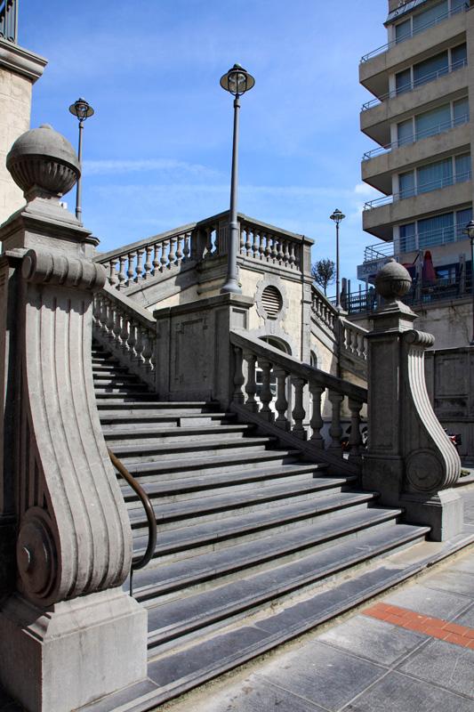 Pour loger, on vous recommande l'hôtel Helios (un **** au luxe légèrement défraîchi mais correct) pour admirer le soleil se coucher de son lit. Sinon, le luxueux Designhotel Saint-Sauveur, dans la rue adjacente (Langestraat 50, 050-4270 22)     www.saintsauveur.be      Plus d'Infos sur    www.blankenberge.be          VISITEZ ZEEBRUGES SA VOISINE