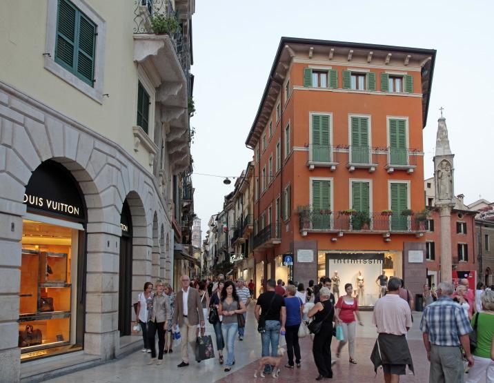 Arrivant Piazza Bra par la Via Mazzini
