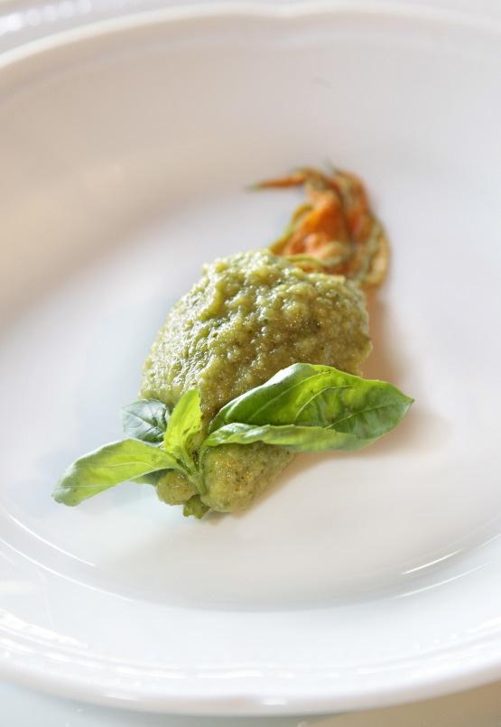 Fiore di zucchina cotto al vapore con salsa di basilico