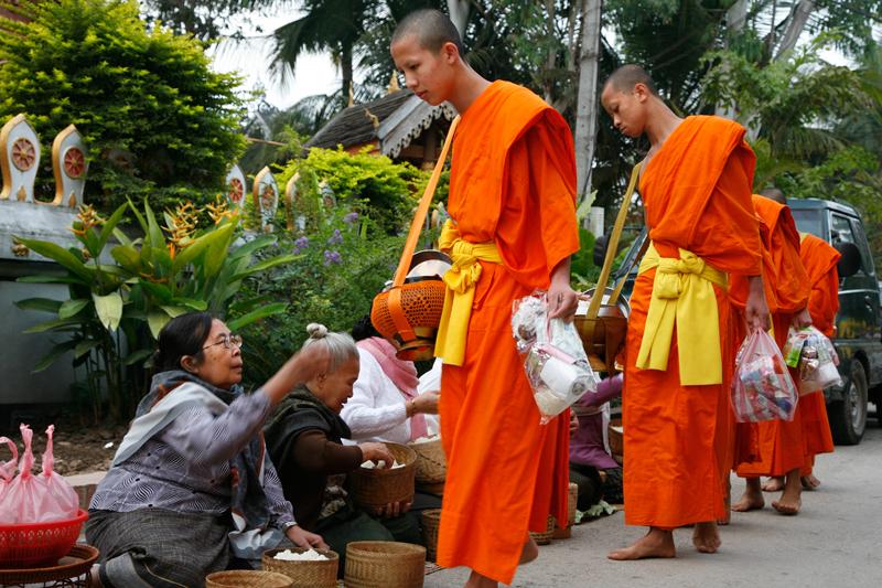 Au petit matin, la célèbre et impressionnante quête des moines