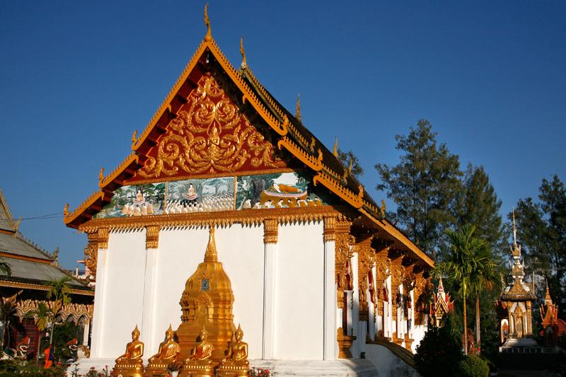 Temple près du Mékong à Paksé