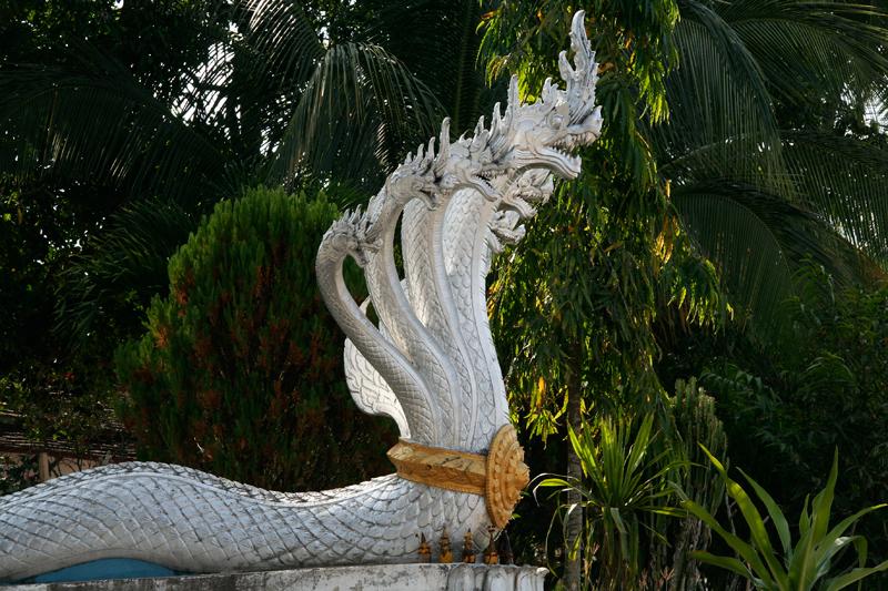 Naga à têtes multiples à l'entrée des temples