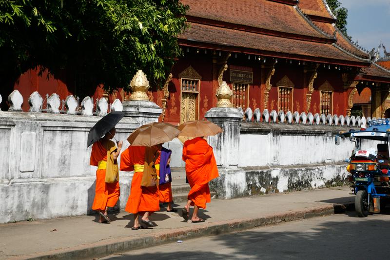 Luang Prabang la rue principale : des moines et des temples