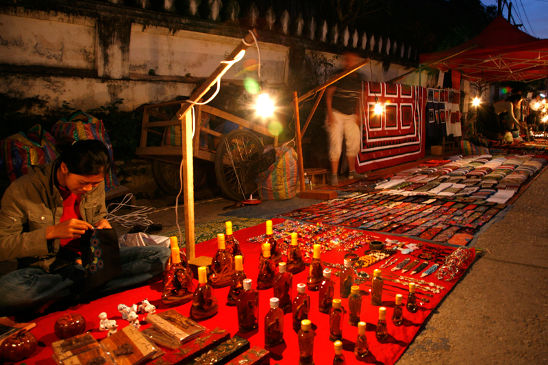 Arrivée à Luang Prabang : le grand marché de nuit quotidien