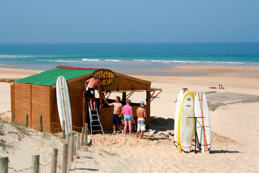 Installation de la cabane d'Authentique Ecole de Surf