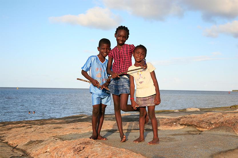 Trois enfants sur la plage, Kourou