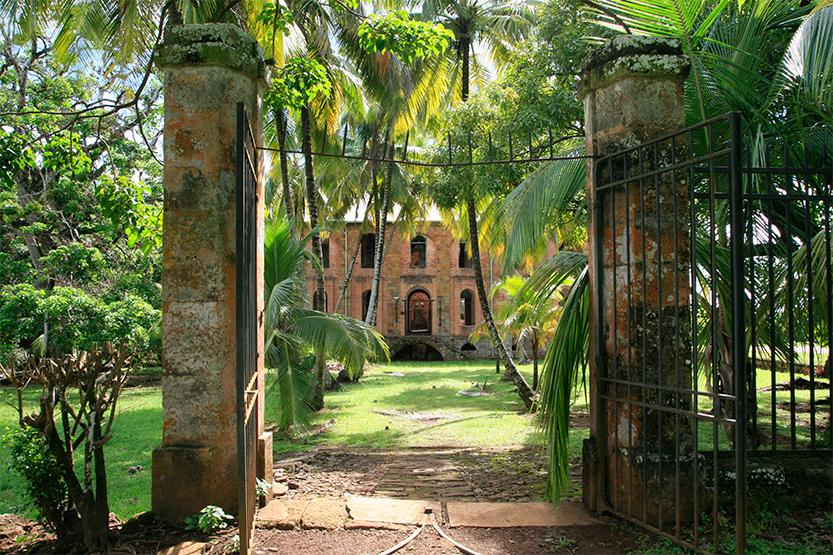 Ruines de l'hôpital du bagne sur l'île Royale (îles du Salut)