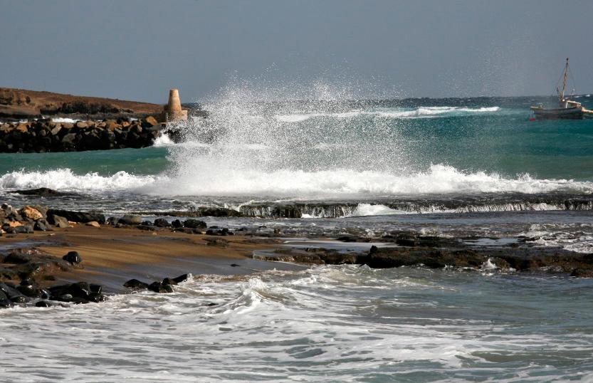 Récifs en face de l'ancienne usine de sel à Pedra de Lume