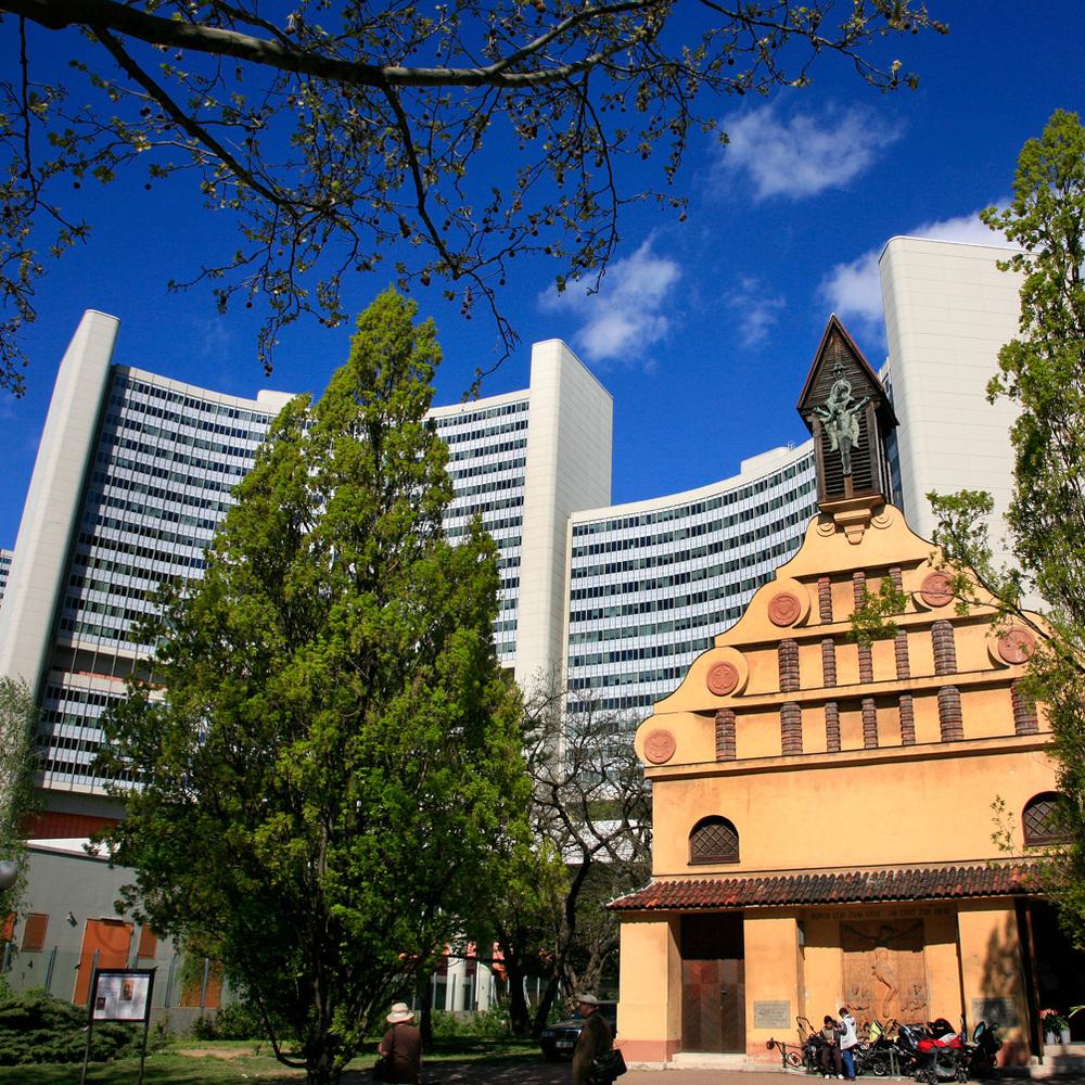 ONU-city et une vieille église baroque