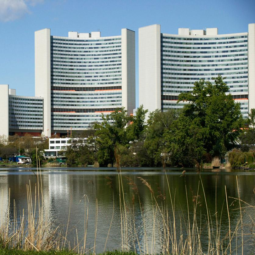 ONU-city avec ses 2 tours arquées de J. Staber