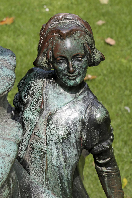 Au pied de la statue de Peter Pan, Parc d'Egmont