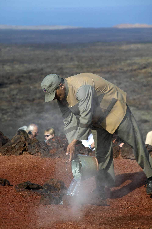 Jouer avec le feu au parc naturel de Timanfaya