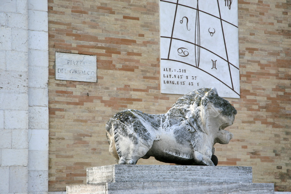 Lion à l'extérieur de la basilique de Fermo