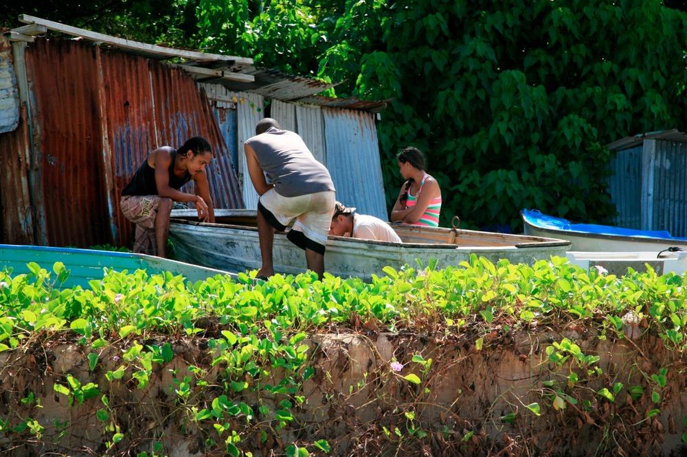 Pêcheurs autour d'une barque