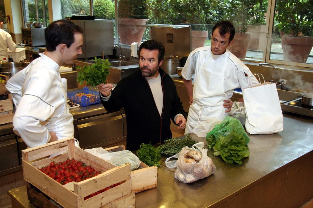 Michel Troisgros en cuisine, de retour du marché
